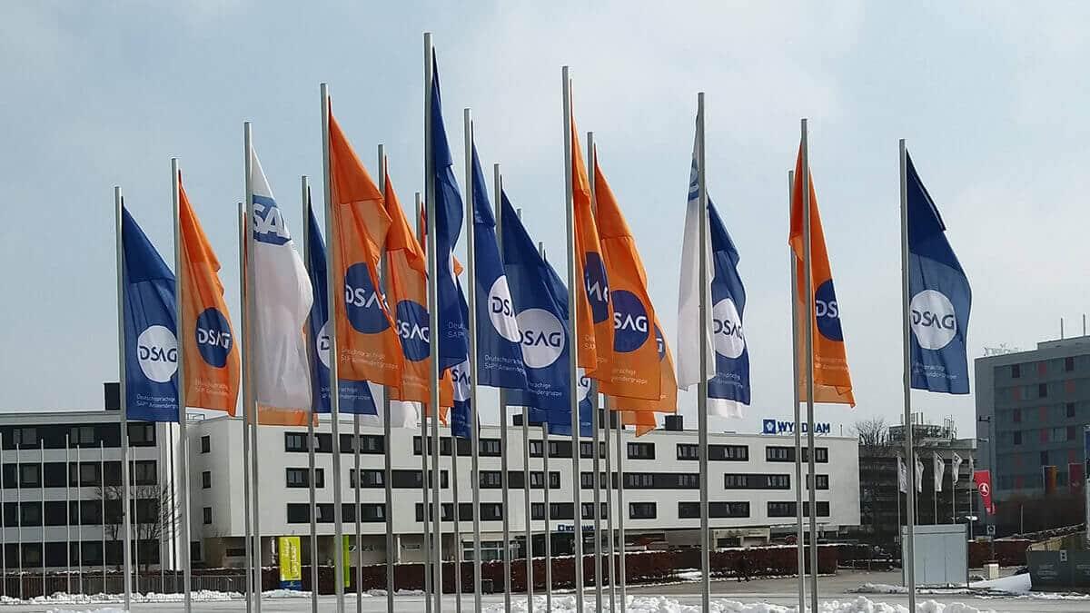 Flaggen bei der DSAG Messe als Zeichen für digitalen Wandel mit SAP S/4HANA